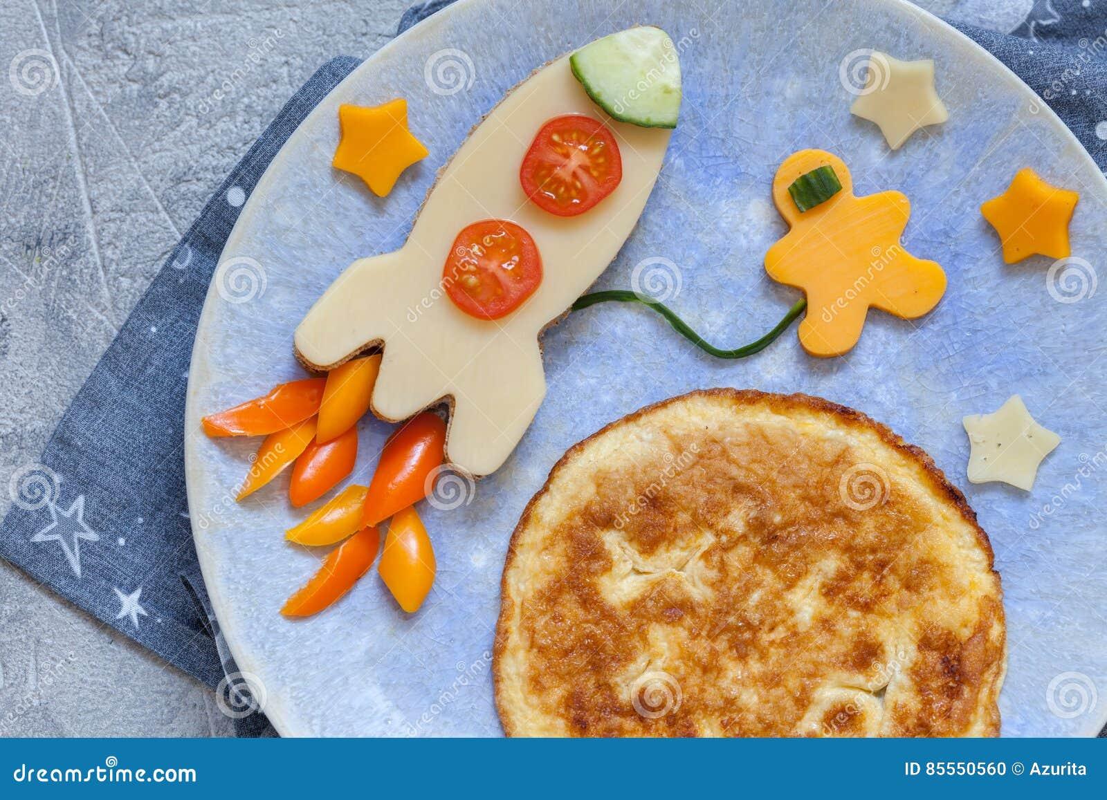 Lustiges Frühstück mit Käsesandwich und einem Omelett
