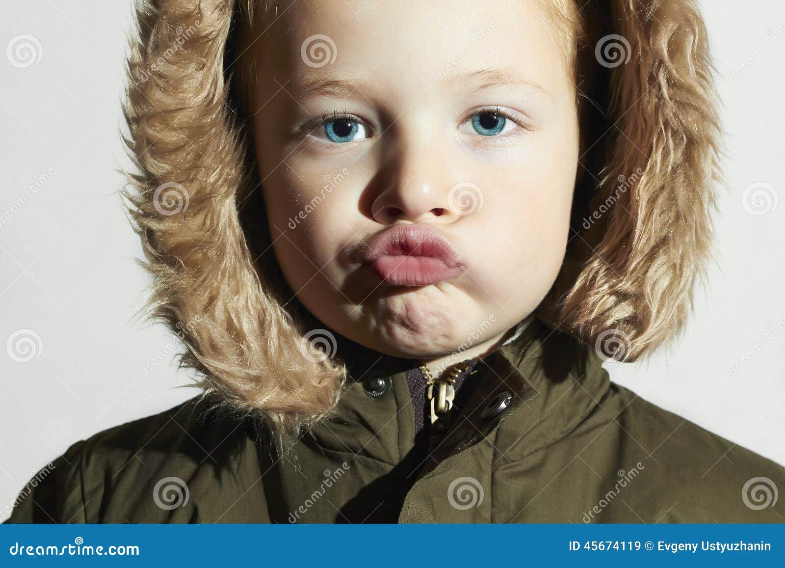 Lustiges Kind In Der Pelzhaube Und In Der Winterjacke Kinder In Der ...