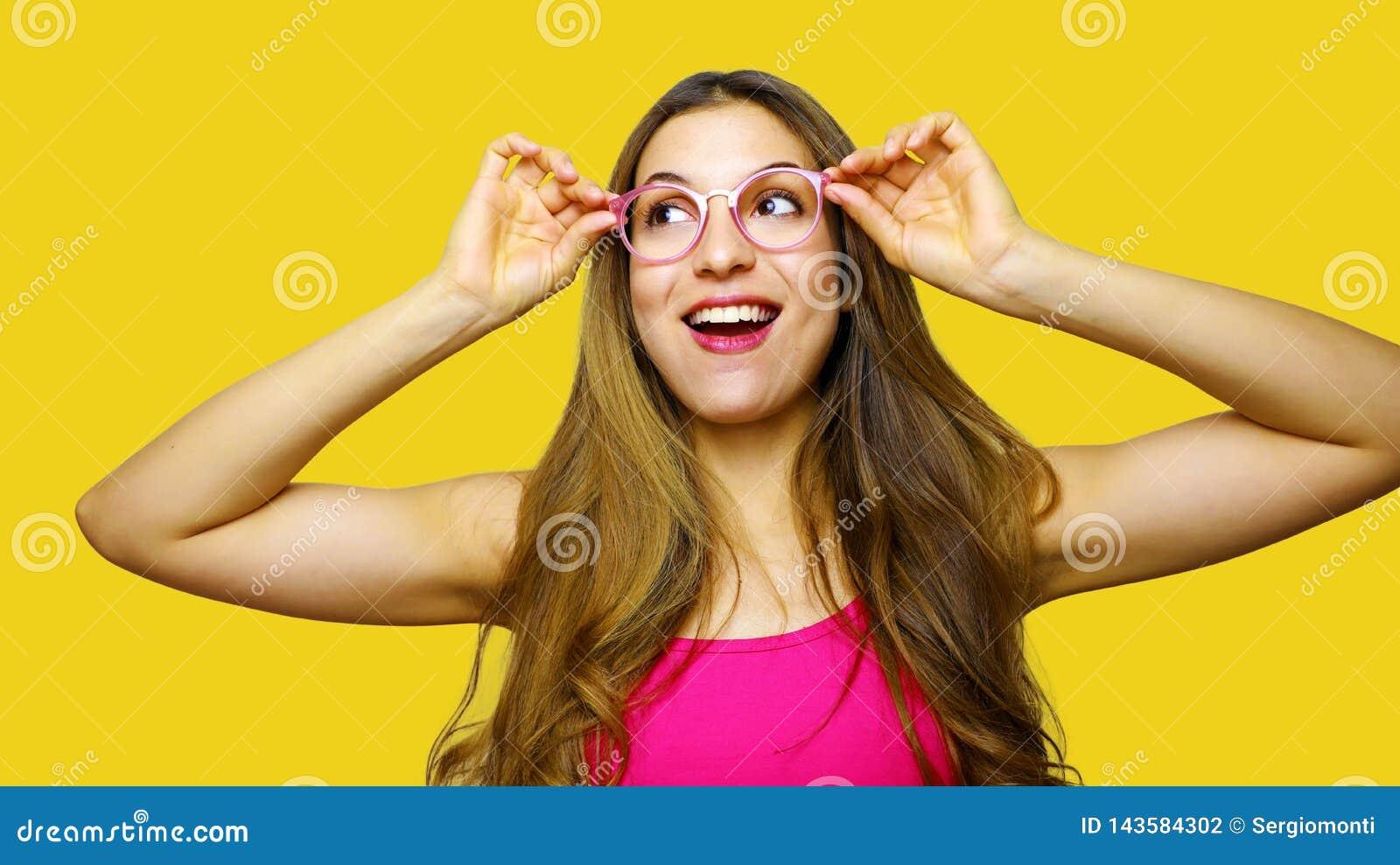 Lustiges Porträt tragenden Eyewear Gläser des aufgeregten Mädchens Nahaufnahmeporträt der jungen Frau lustigen Gesichtsausdruck a