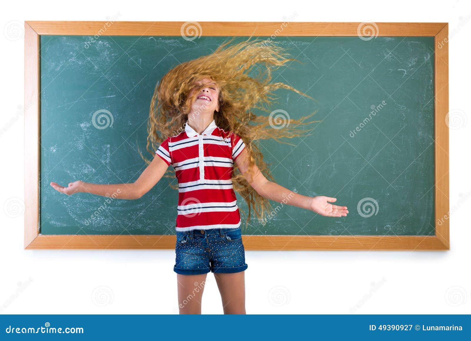 Lustiges Studentenmädchen, das in der Schule langes Haar leicht schlägt