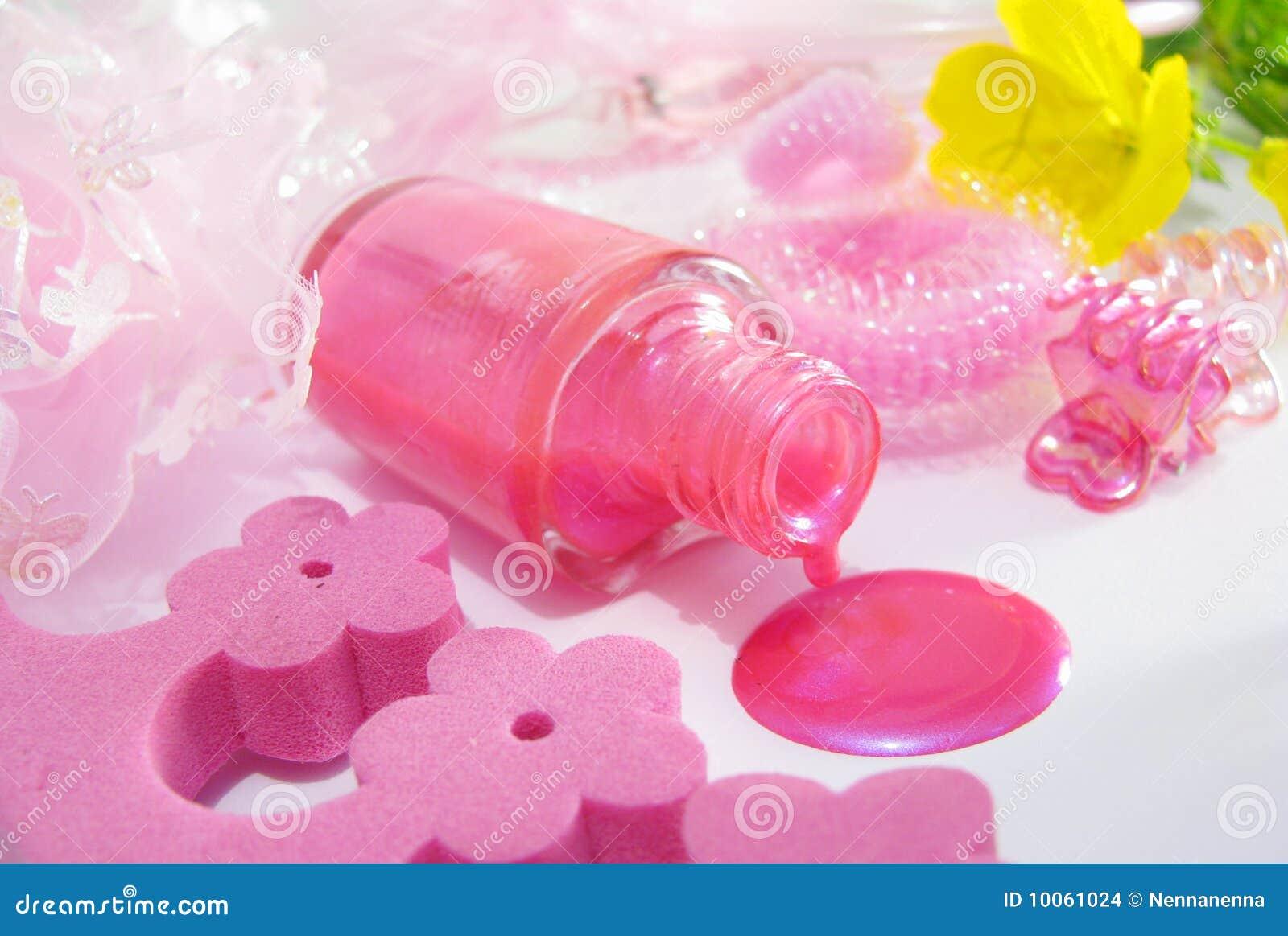 Lustrador de prego cor-de-rosa derramado