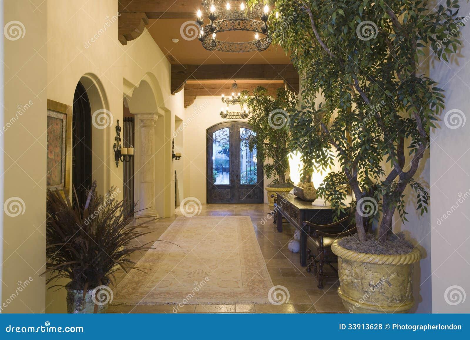 Lustre Dans Le Couloir D\'entrée à La Maison Photo stock - Image du ...