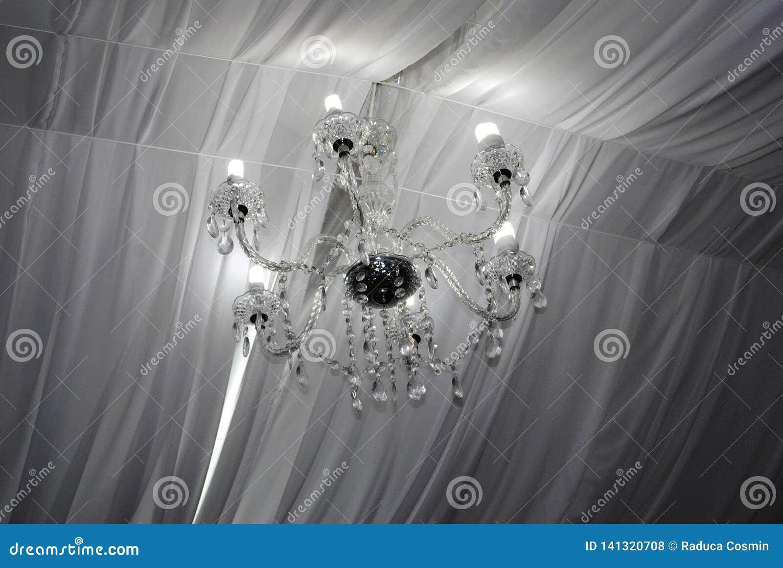Lustre de charme avec les lumières blanches