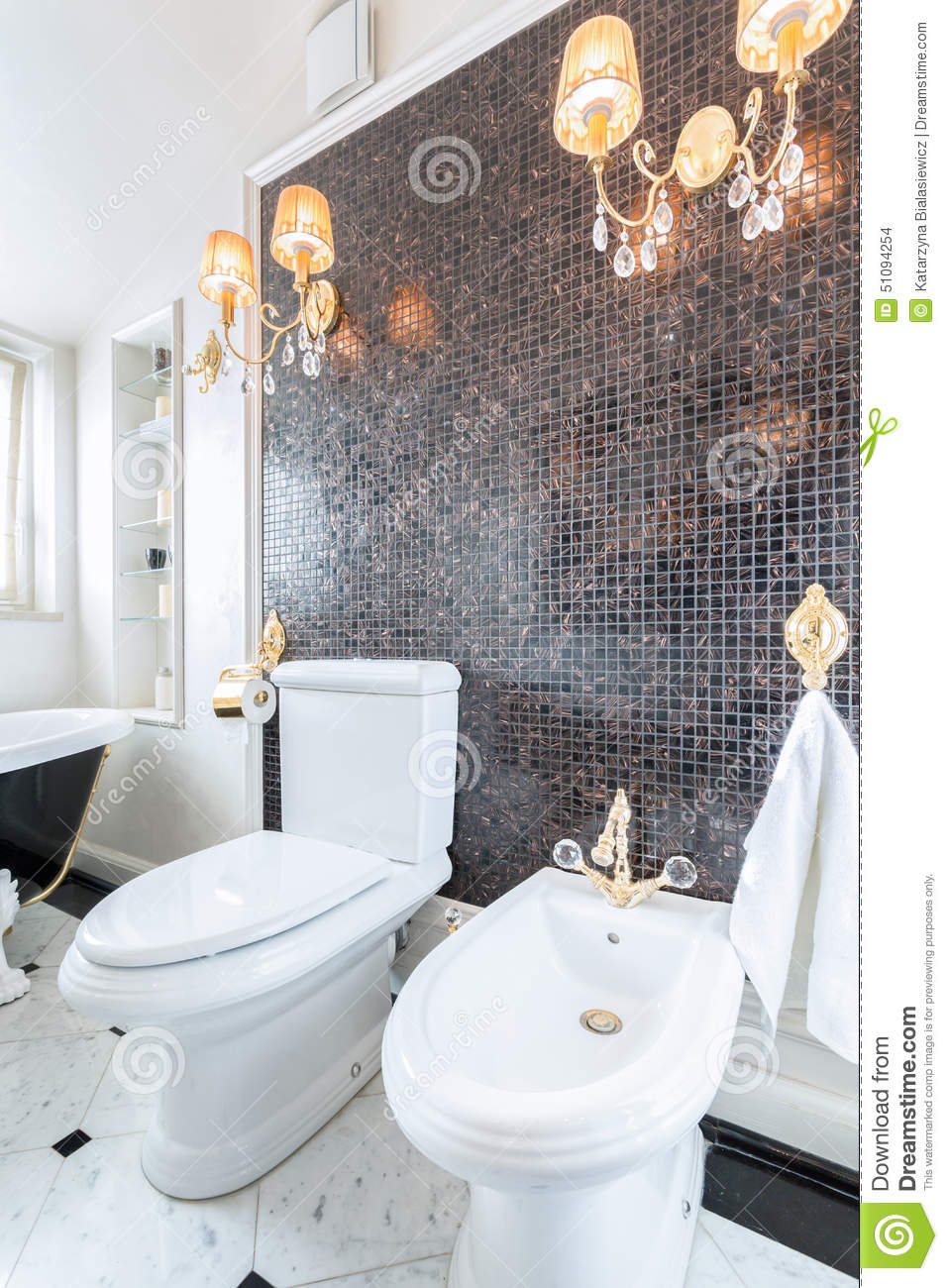 lustres en cristal dans la toilette de luxe photo stock. Black Bedroom Furniture Sets. Home Design Ideas