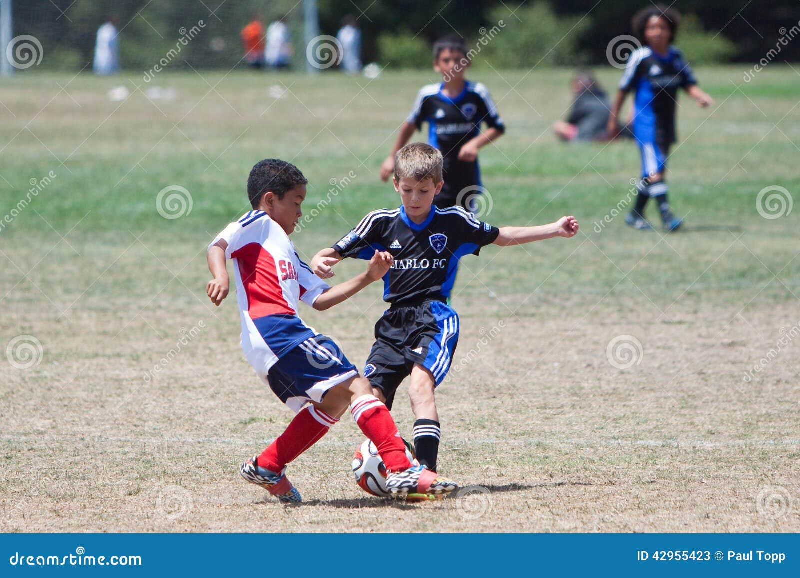 Luta dos jogadores de futebol do futebol da juventude para a bola