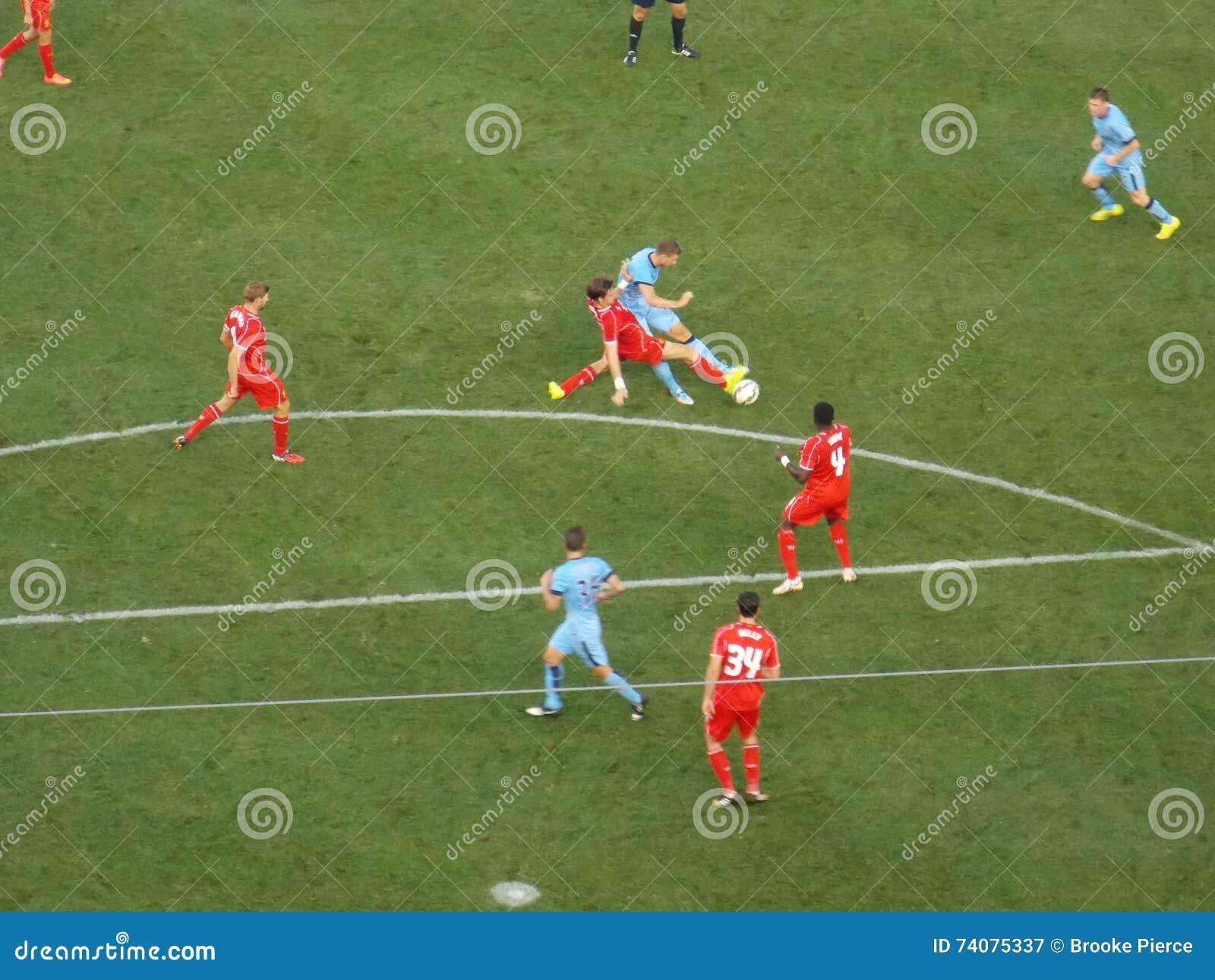 Luta dos jogadores de futebol para a bola durante o fósforo