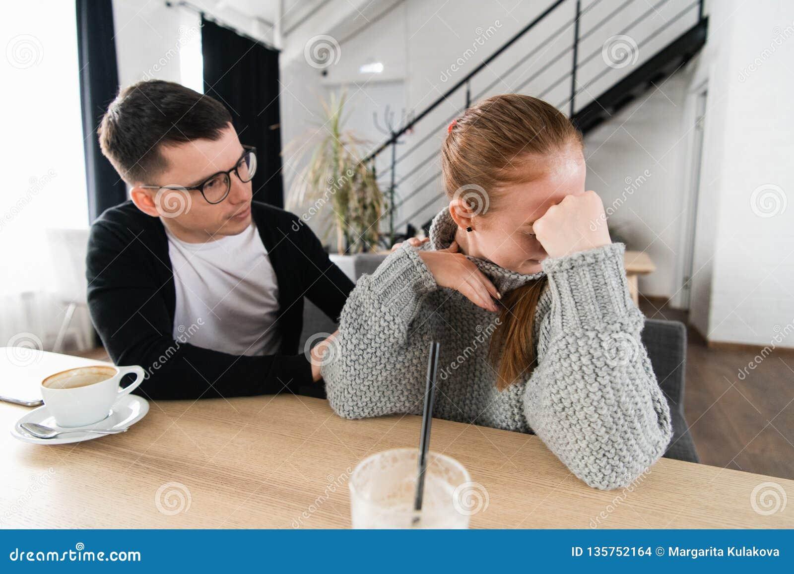 Luta dos pares Um homem novo está tentando ter uma conversação, quando for ignorado por sua amiga