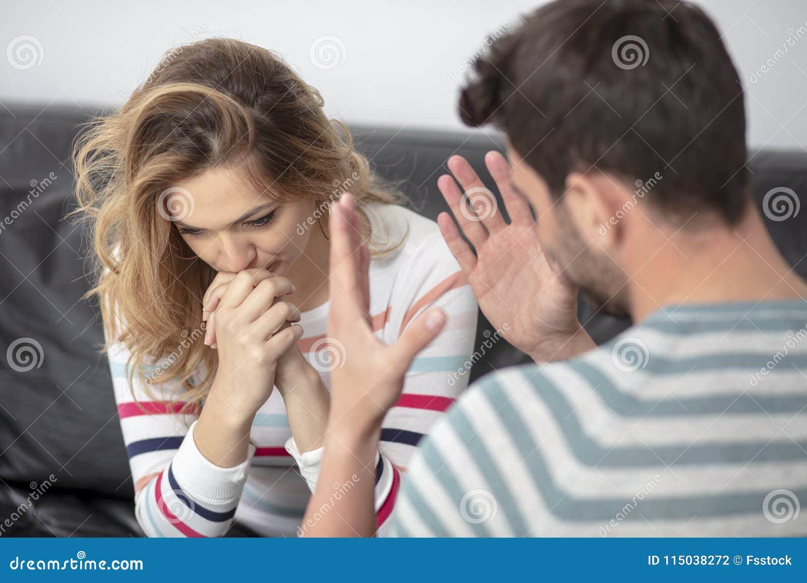 Luta e gritaria irritadas atrativas dos pares em se