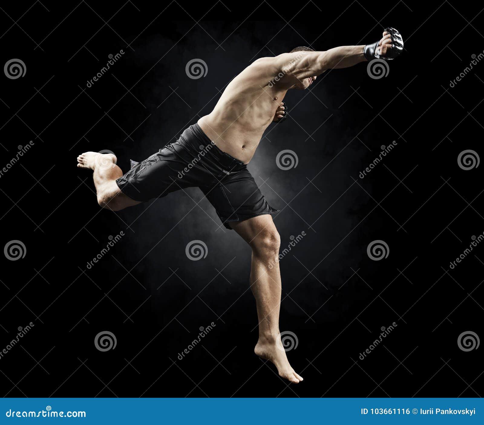 Lutador masculino do Muttahida Majlis-E-Amal que salta para perfurar