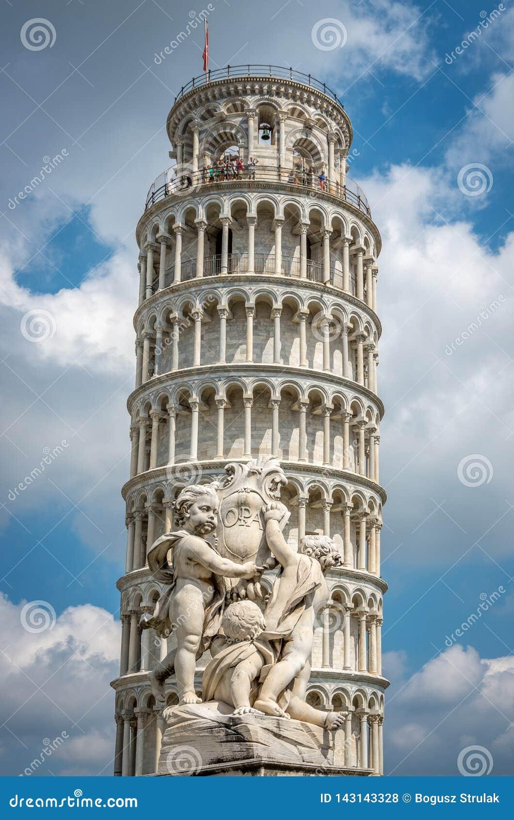 Lutande torn av Pisa i Tuscany, en Unesco-världsarv och en av de mest igenkända och mest berömda byggnaderna i världen