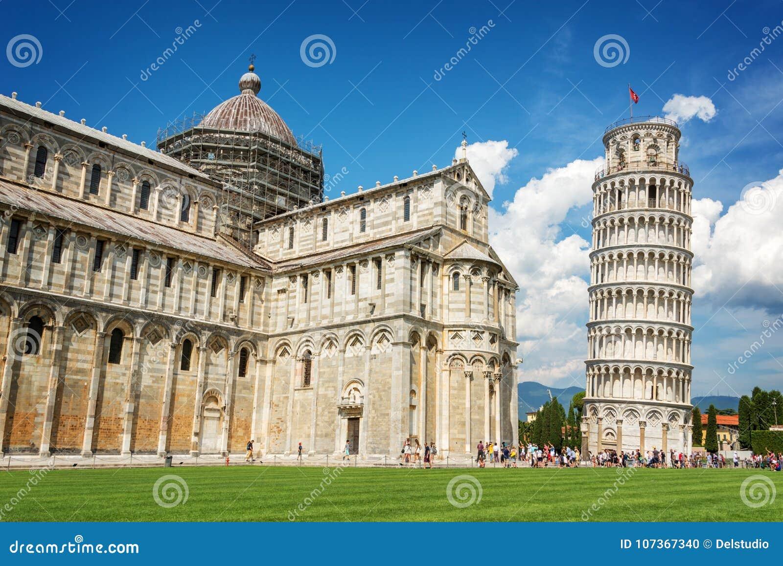 Lutande torn av Pisa och domkyrkaduomoen i Pisa, Tuscany Italien