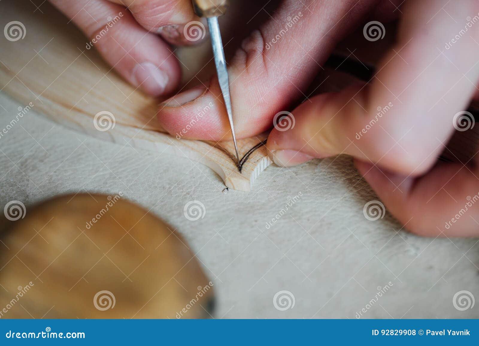 Luthier Arbeiten des Vorlagenhandwerkers an der Schaffung einer Violine sorgfältige Einzelheit über Holz