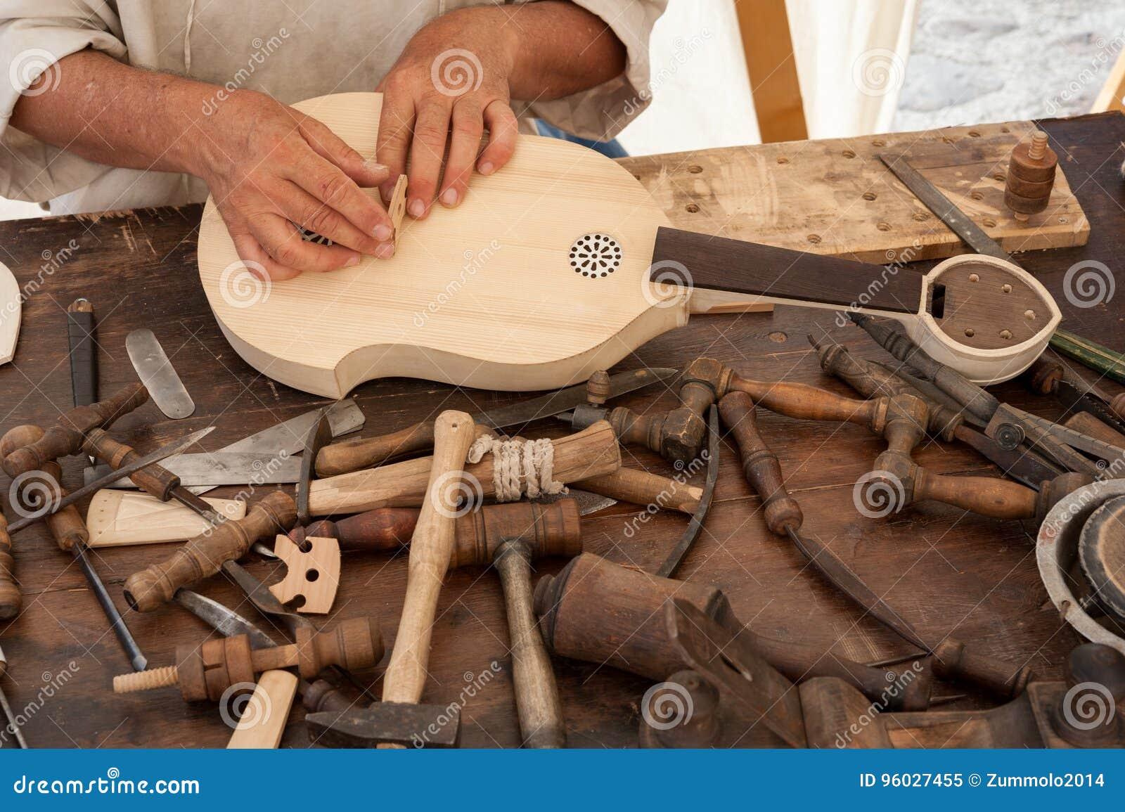 Luthier budowy średniowieczny nawleczony instrument
