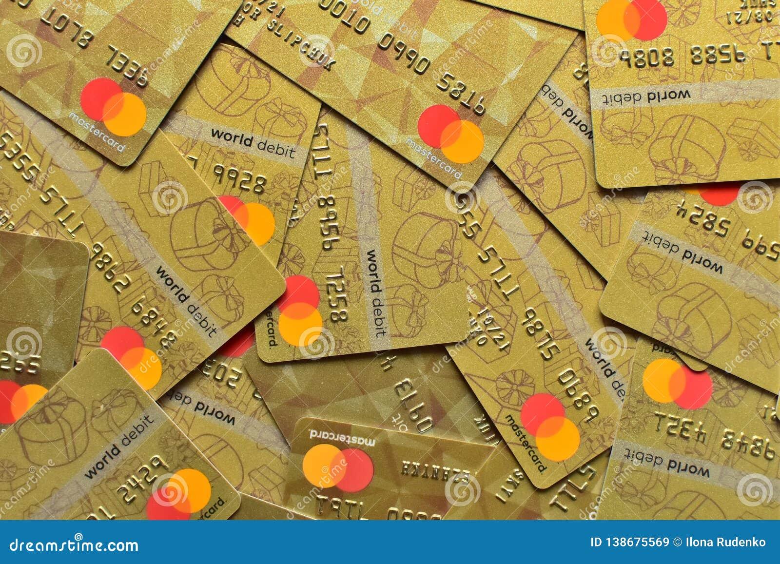 LUTSK, UCRANIA - 3 de febrero de 2019: Pila de tarjetas Mastercard, de crédito, de debe y de electrónico, en Lutsk, Ucrania, en f