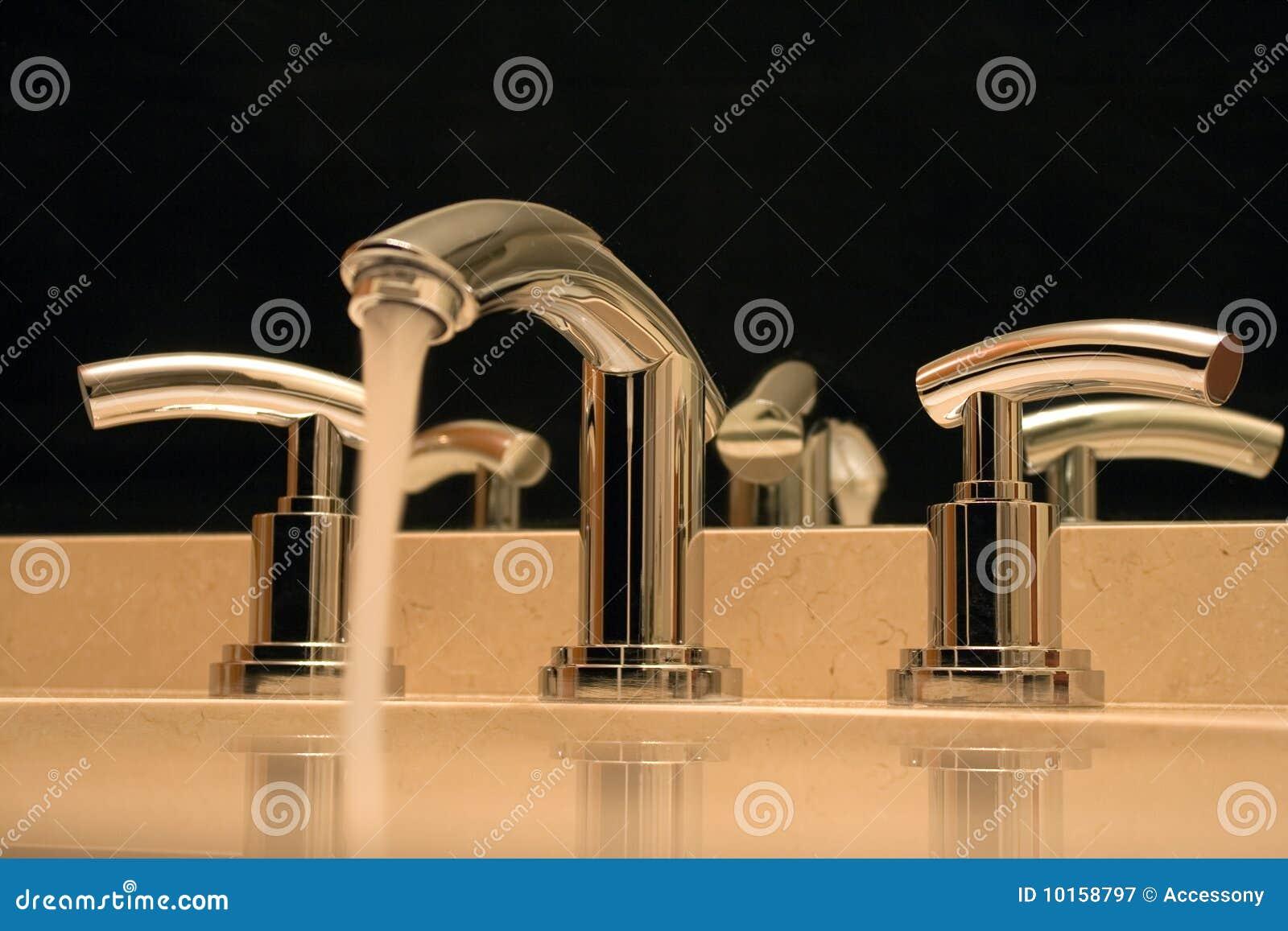 luxe de robinet de chrome de salle de bains photographie stock libre de droits image 10158797. Black Bedroom Furniture Sets. Home Design Ideas