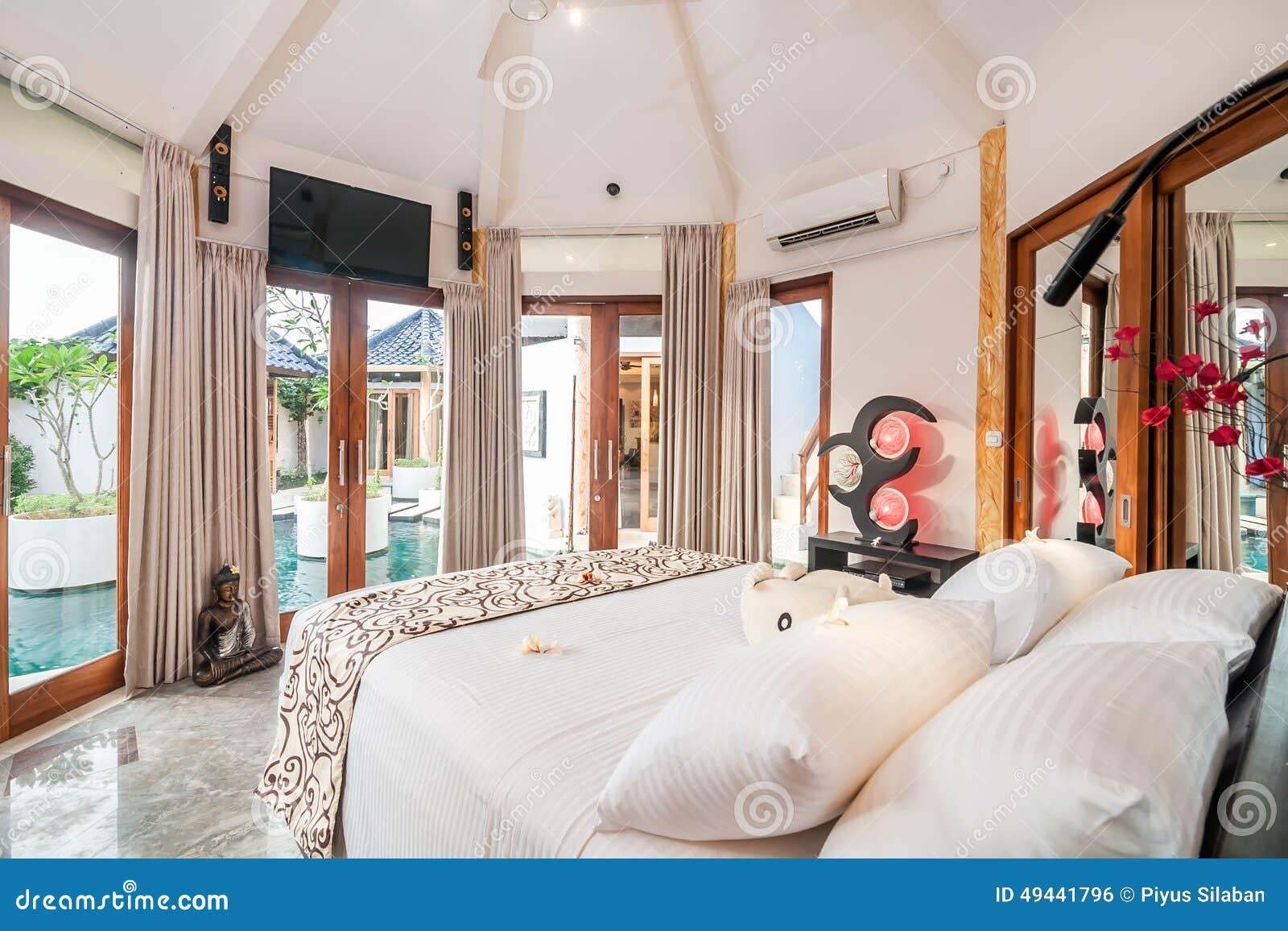 Luxe en mooie slaapkamer tropische villa stock foto for Mooie slaapkamer