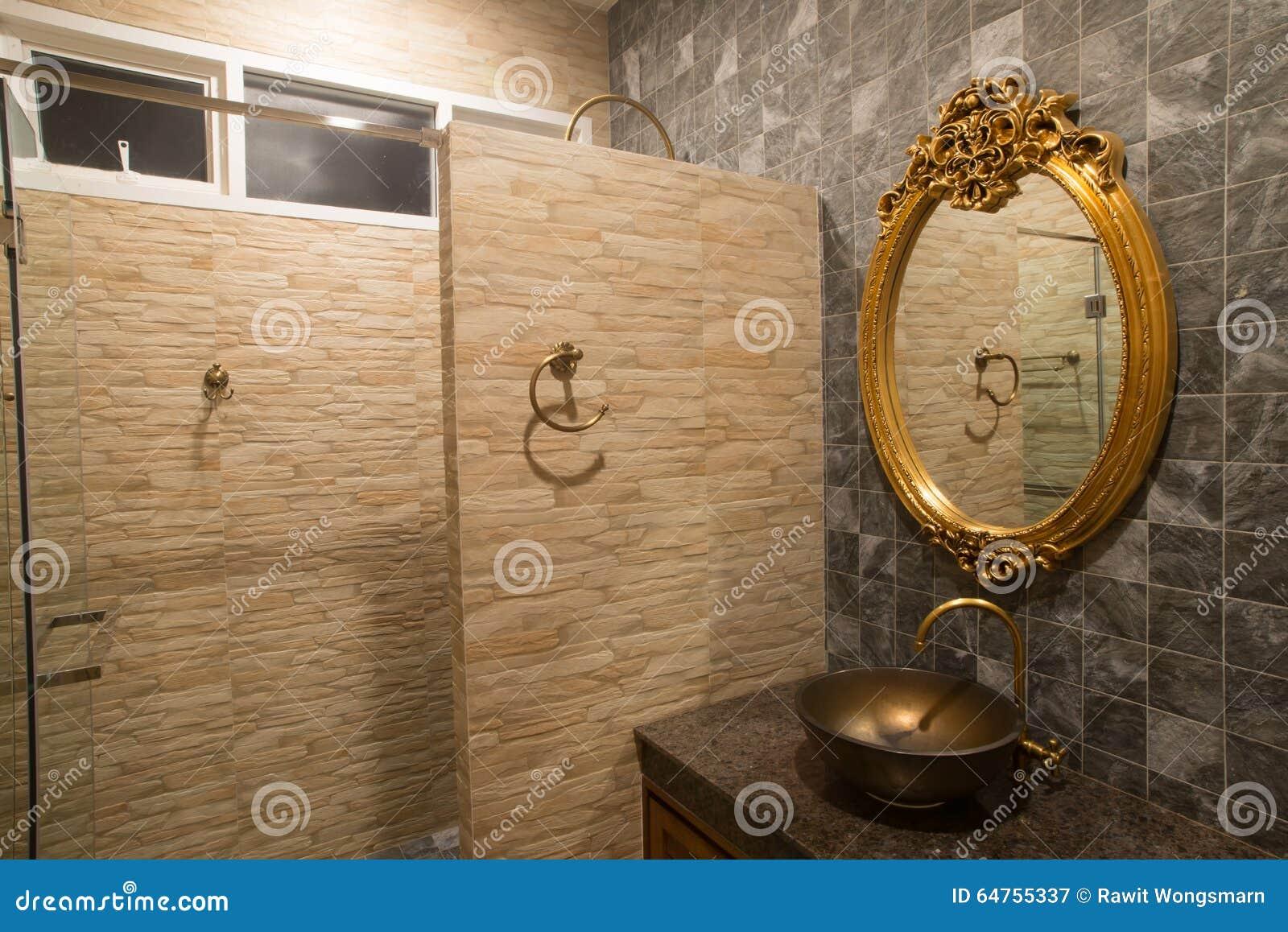 Luxe Gouden Spiegel In Badkamers Stock Afbeelding Afbeelding Bestaande Uit Tapkraan Stijl 64755337
