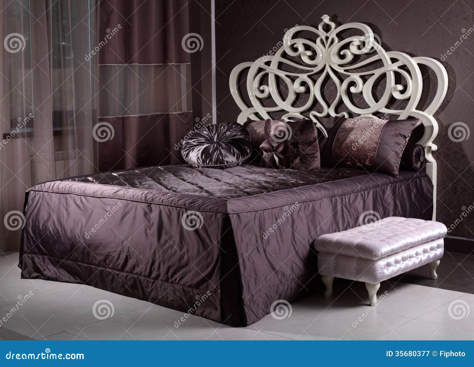 Luxe houten bed in de ruimte stock afbeelding afbeelding 35680377 - Houten bed ...