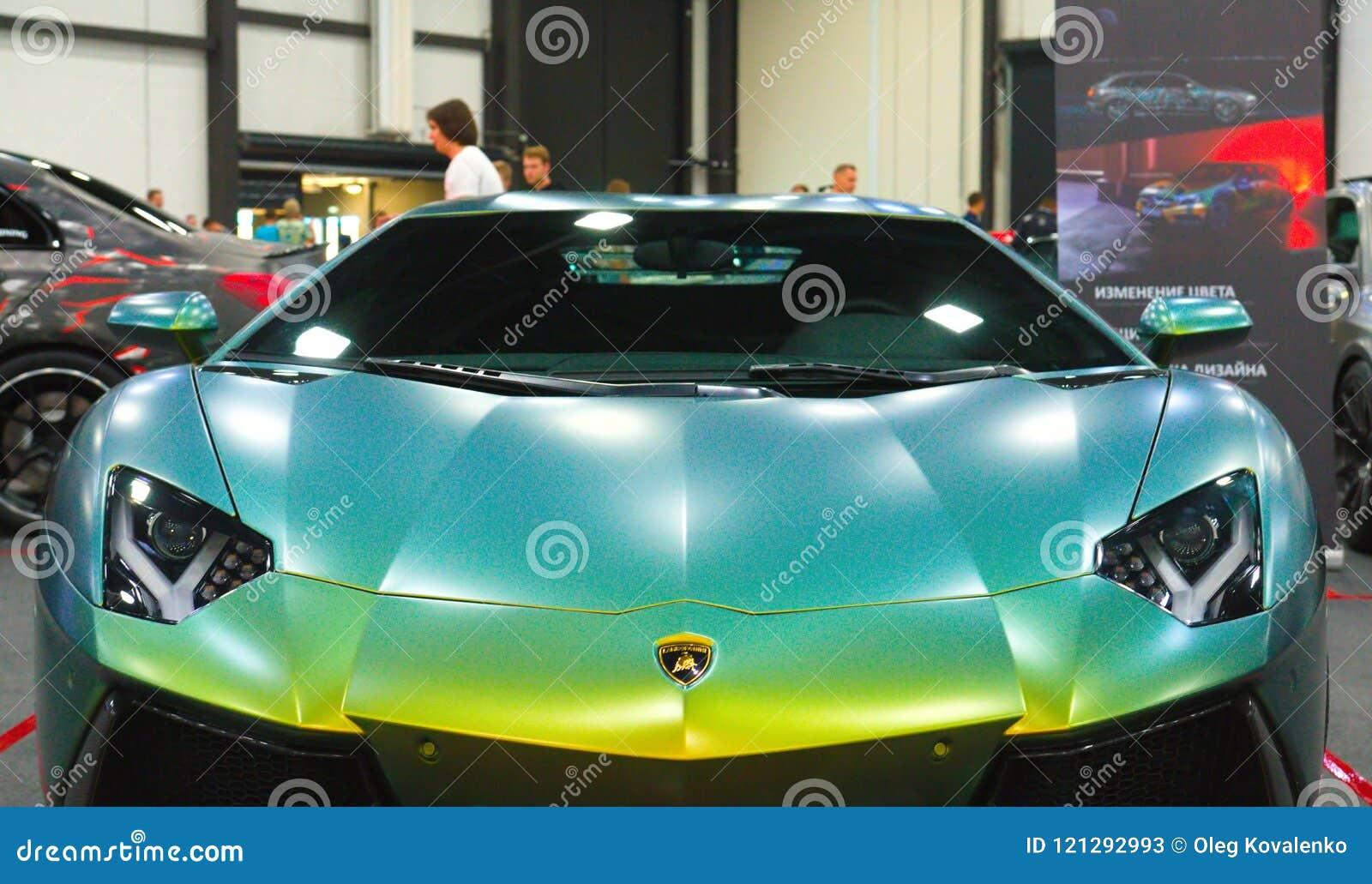 Luxe Italiaanse toont supercar bij Koninklijke Auto Front View