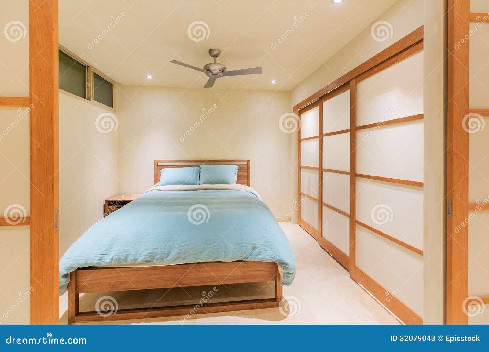 Luxe moderne slaapkamer stock foto's   afbeelding: 32079043