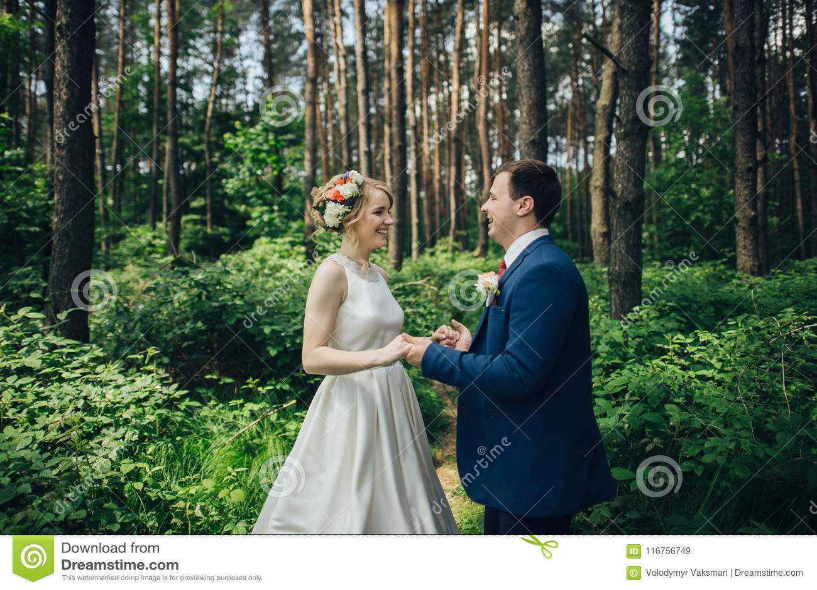 Luxe modieuze jonge bruid en bruidegom op de achtergrondlente su