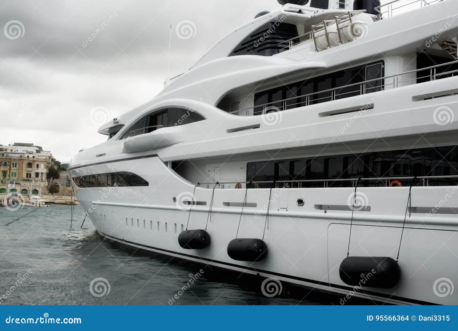 Luxe super die jacht in Manoel Island wordt vastgelegd