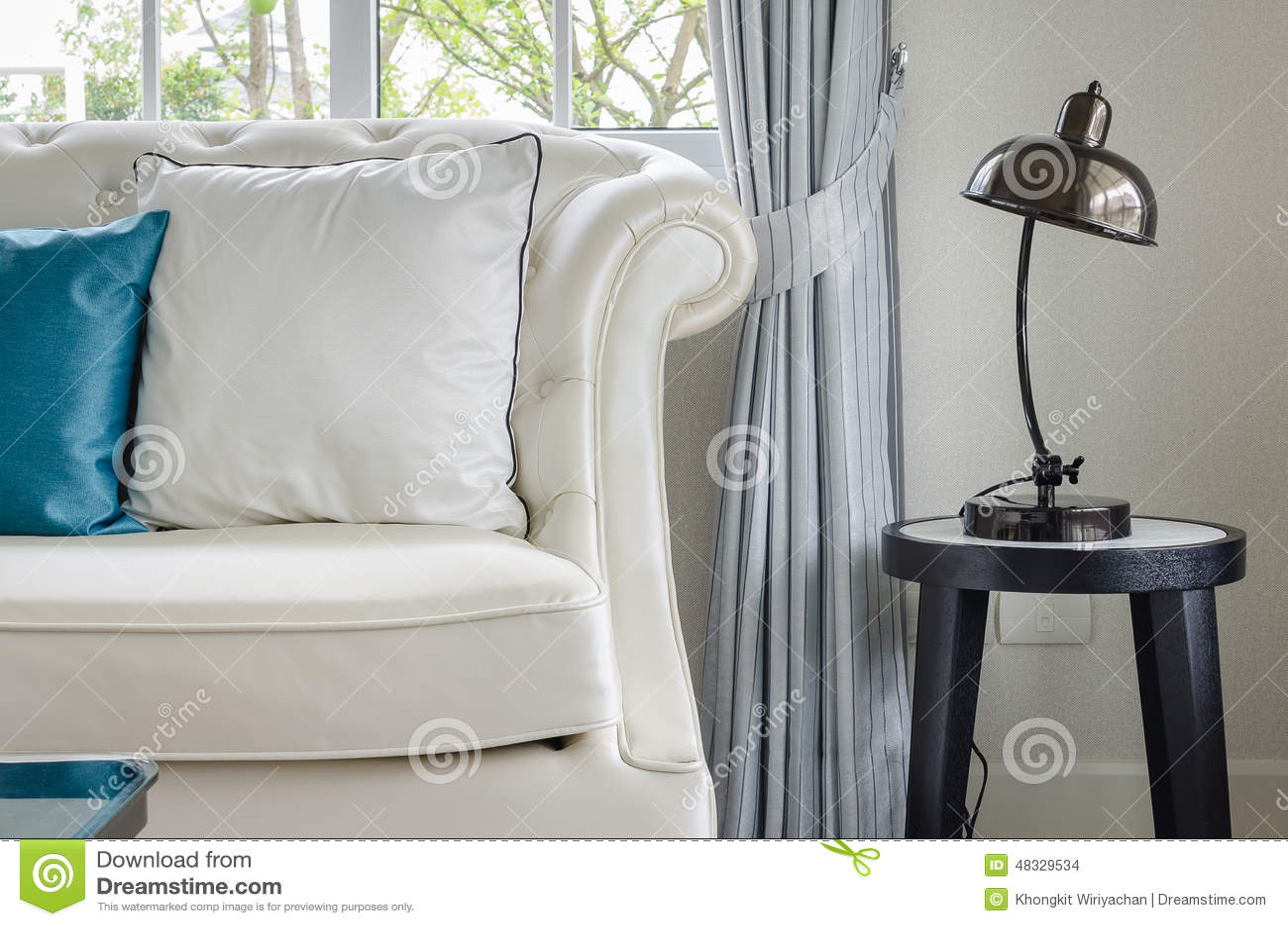 Luxe witte bank met lamp in woonkamer stock foto   afbeelding ...