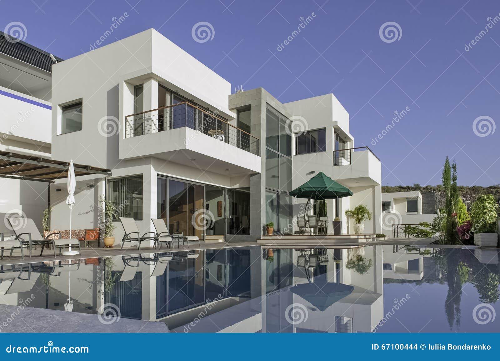 Luxe witte villa met zwembad stock foto afbeelding for Luxe villa met zwembad