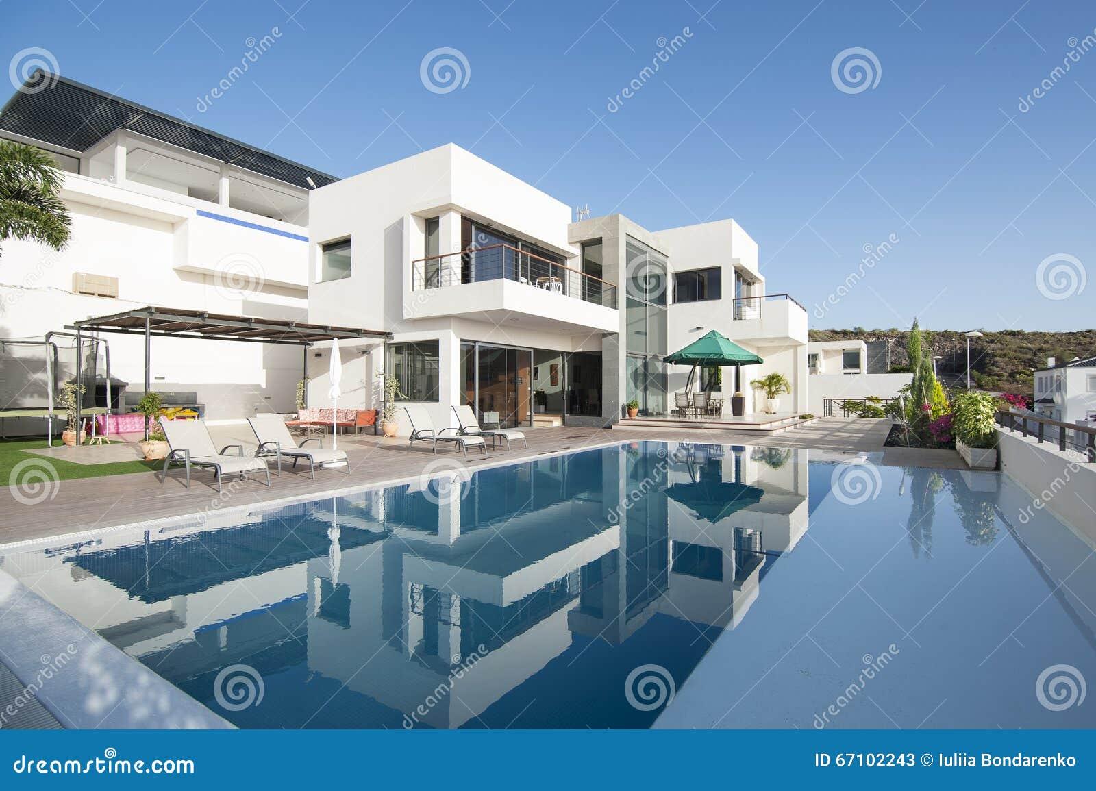 Luxe witte villa met zwembad stock afbeelding afbeelding for Luxe villa met zwembad