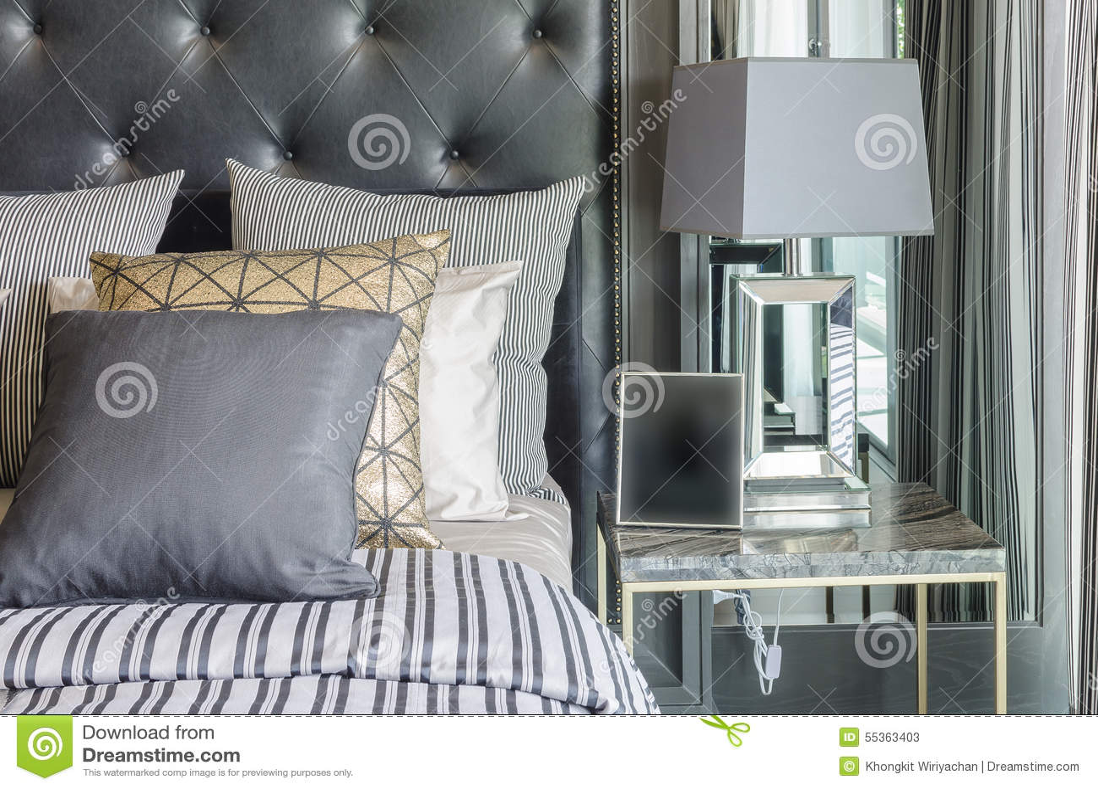 Luxe Zwart-witte Slaapkamer Met Grijze Lamp Op Lijst Stock Foto ...