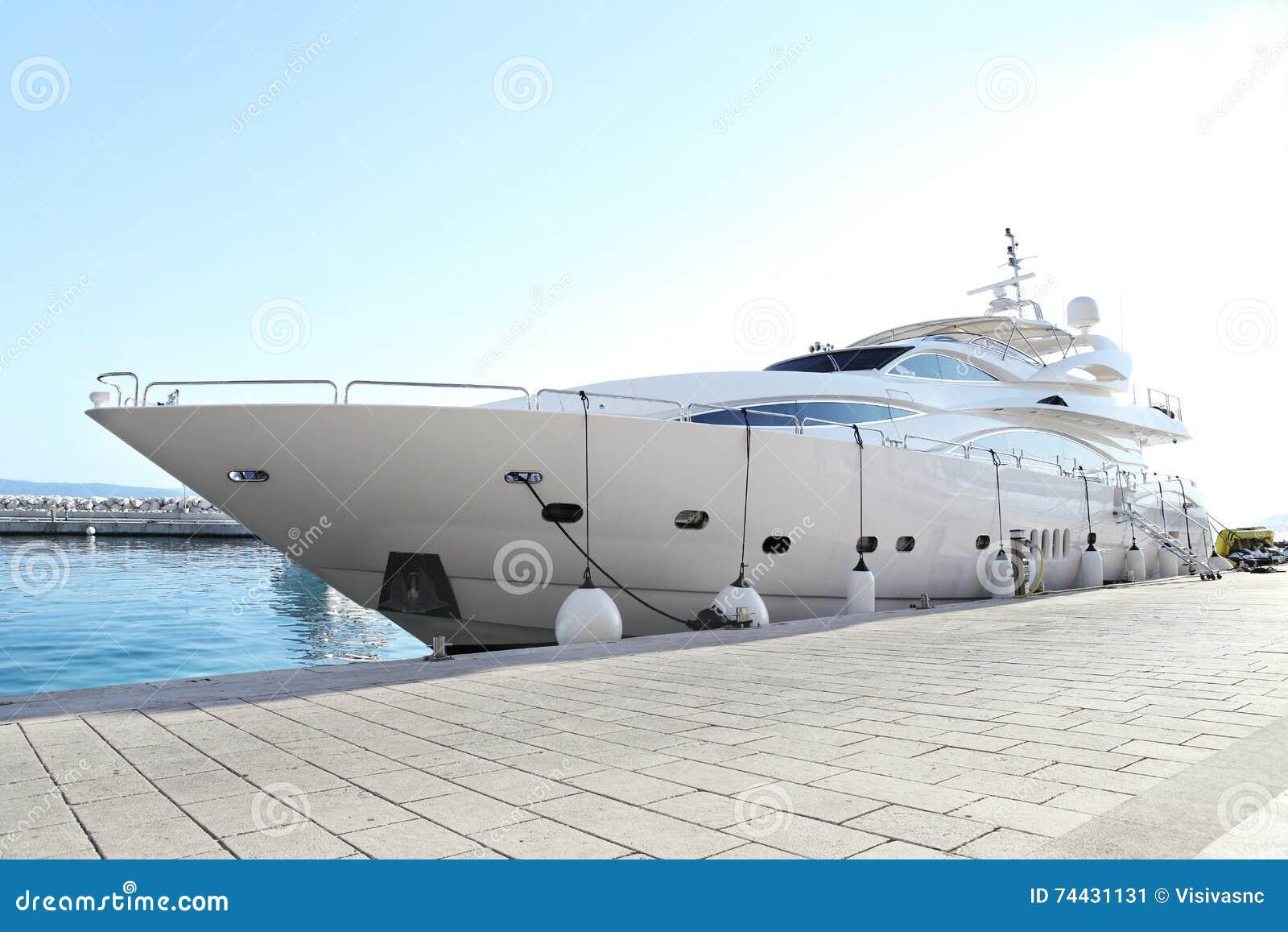 Luxejacht bij dok wordt geparkeerd dat
