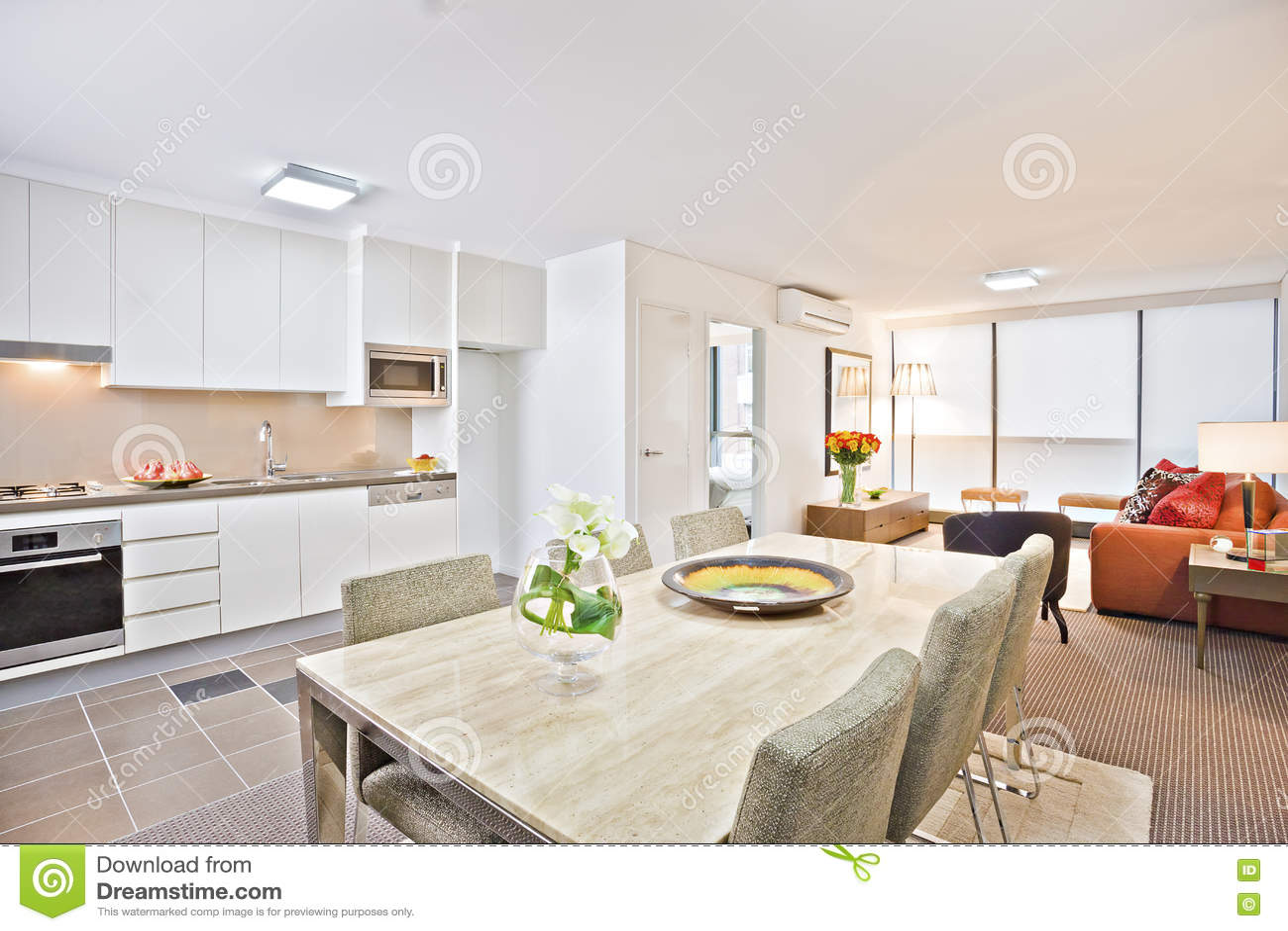 Moderne Witte Eettafel.Luxekeuken Met Witte Eettafel En Bank Stock Afbeelding