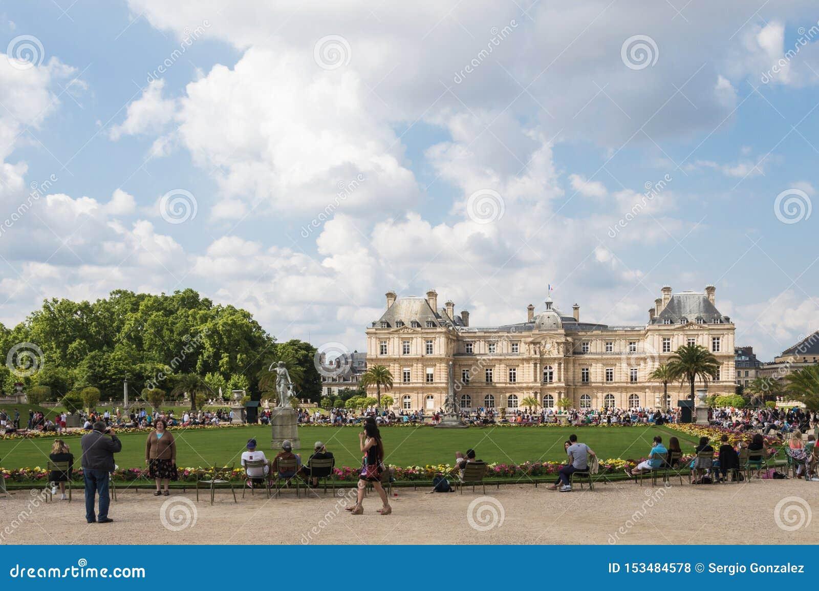 Luxemburg-Gärten und Palast Paris gedrängt mit Touristen an einem bewölkten Sommertag