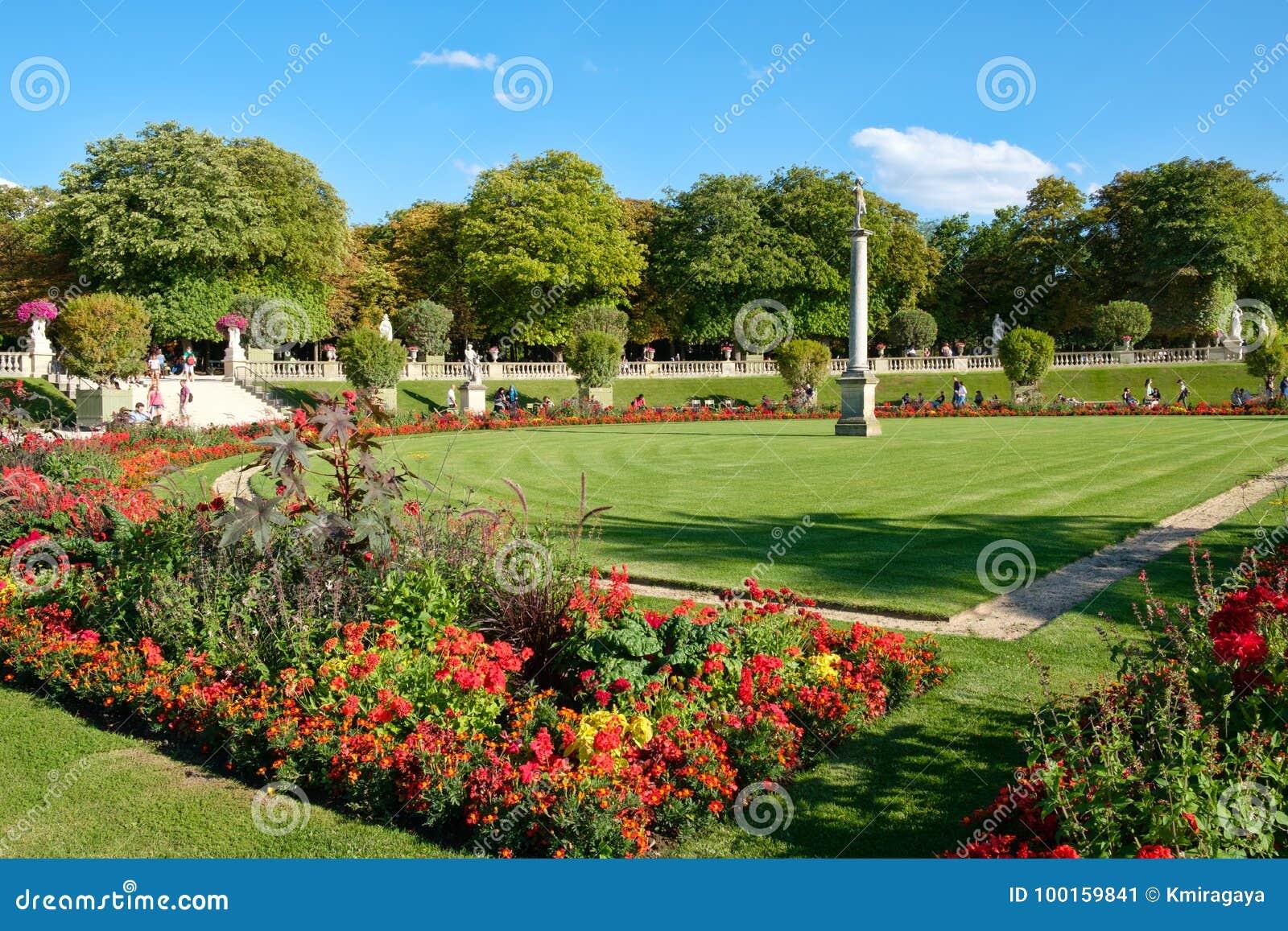 Luxemburgo jardina em Paris em um dia de verão bonito