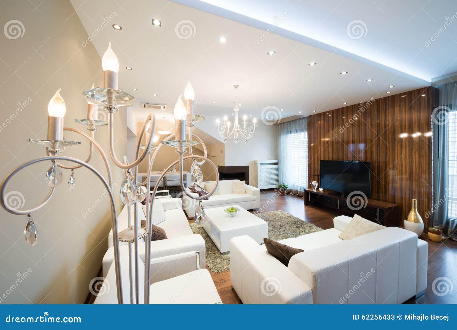 Luxestaande lamp in moderne ruime woonkamer met open haard stock ...
