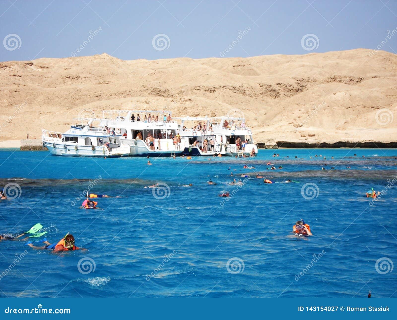 Luxor egiptu Maj 25, 2013 Pla?a ??d? ??d? na brzeg tury?ci Jacht