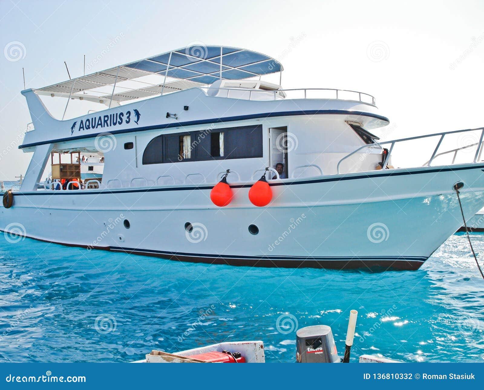 Luxor, Egypte 25 mei, 2013 Strand Boot Boot op de kust toeristen Jacht