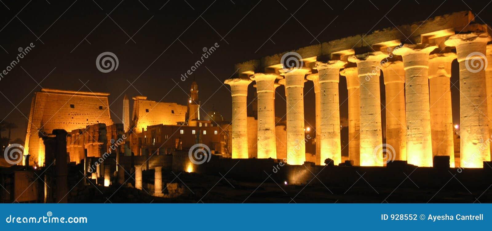 Luxor em a noite