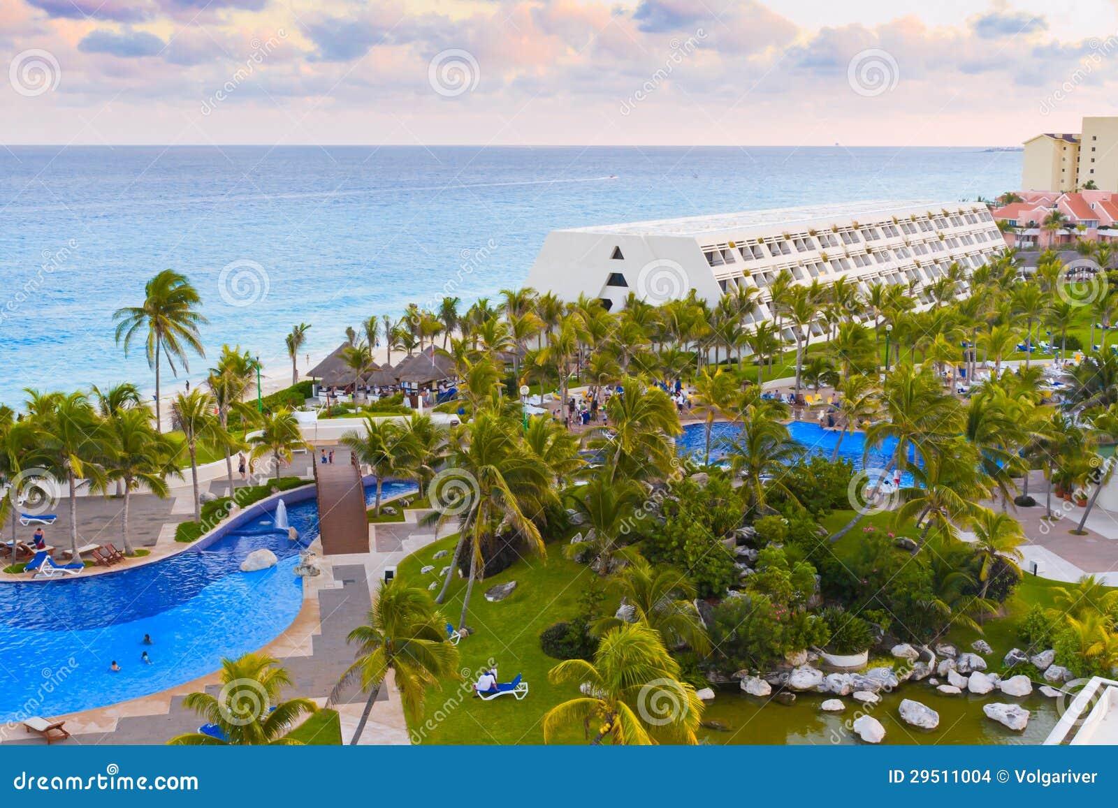 Luxueus hotel met een zwembad.