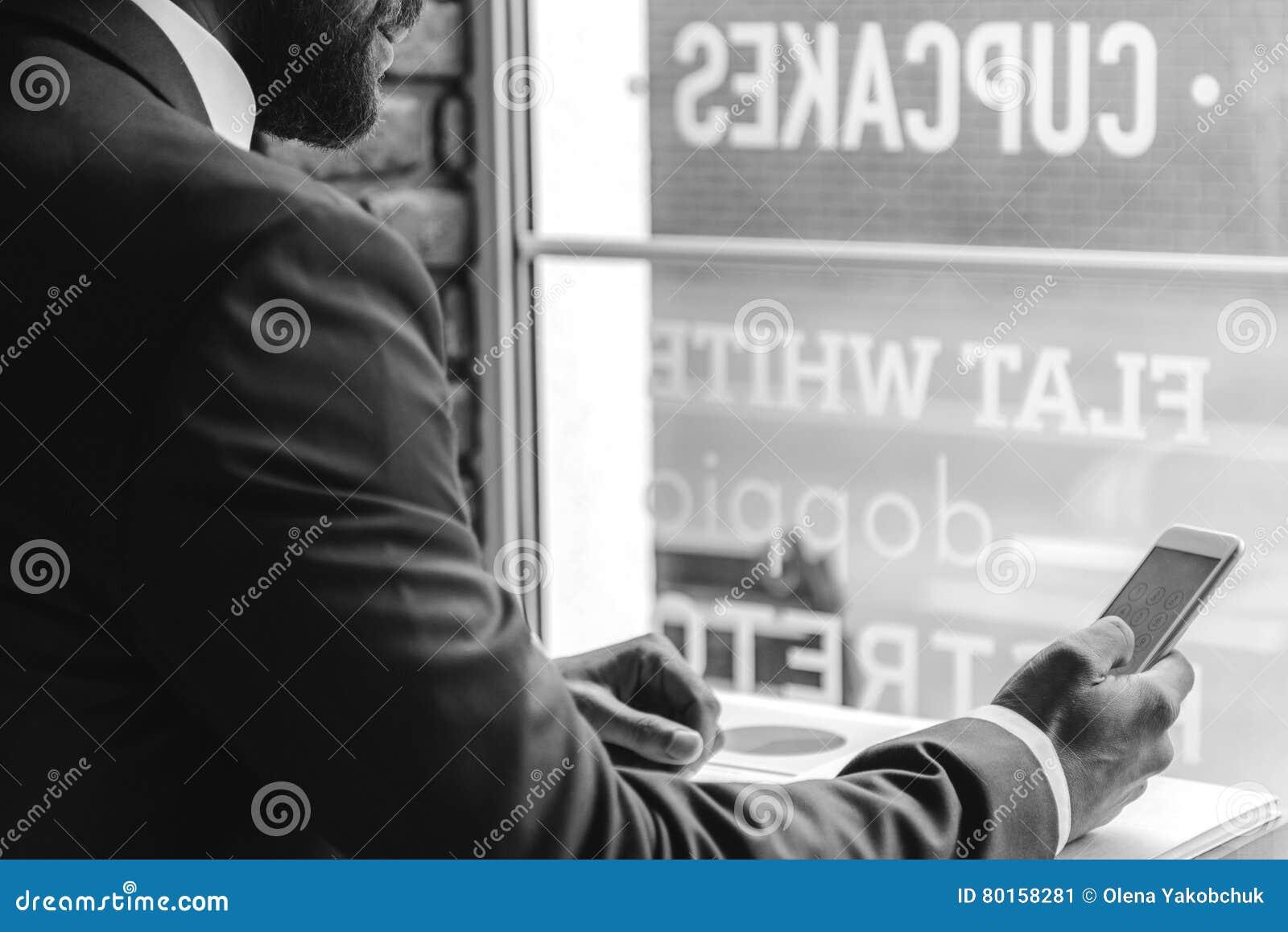 Luxueuze agent die in alleen bar rusten
