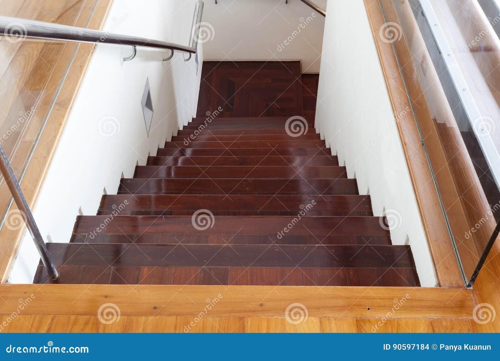 Luxueuze moderne houten trap in modern huis stock foto