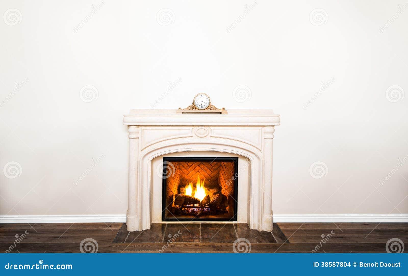 Luxueuze witte marmeren open haard en lege muur stock afbeeldingen ...