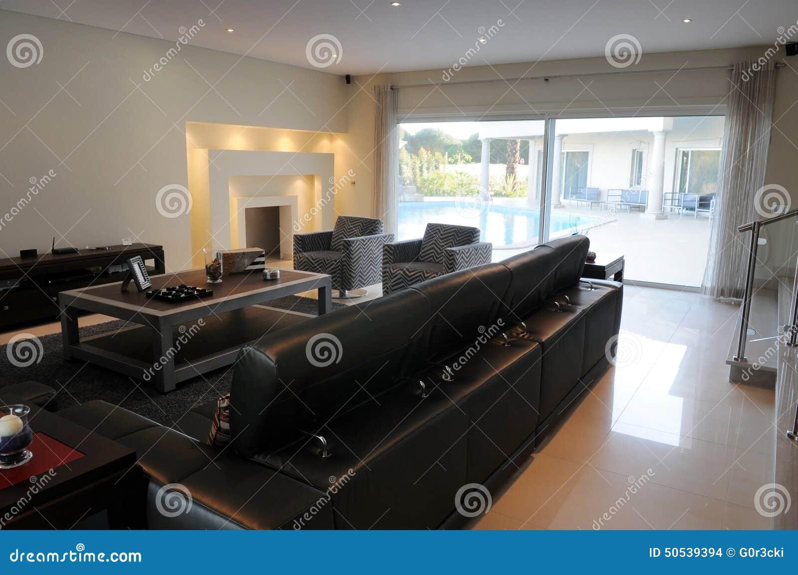 Luxueuze woonkamer moderne open haard blauwe pool stock foto afbeelding 50539394 - Deco moderne open haard ...