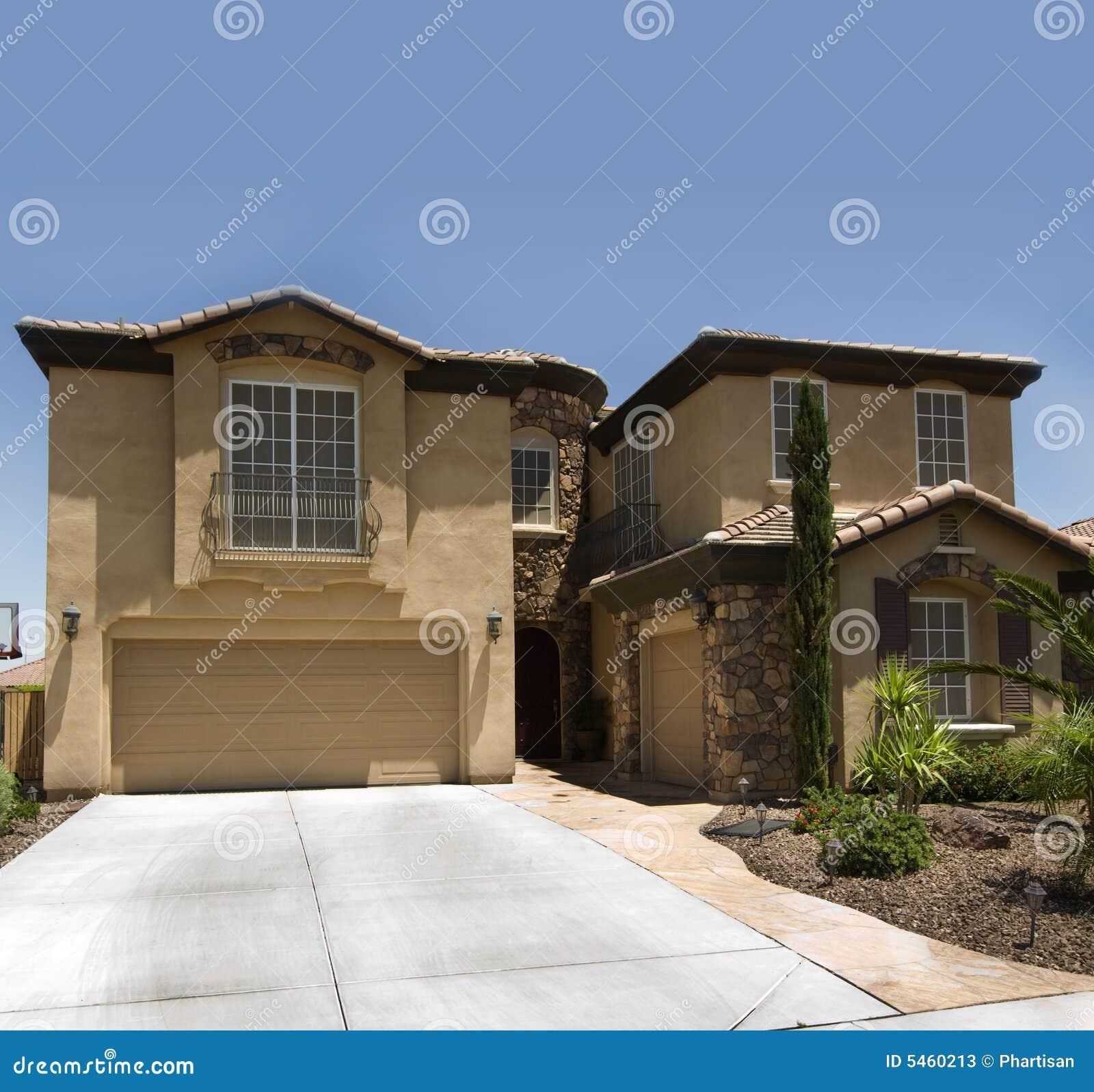 Luxuriöses modernes Haus stockbild. Bild von blau, haupt - 5460213