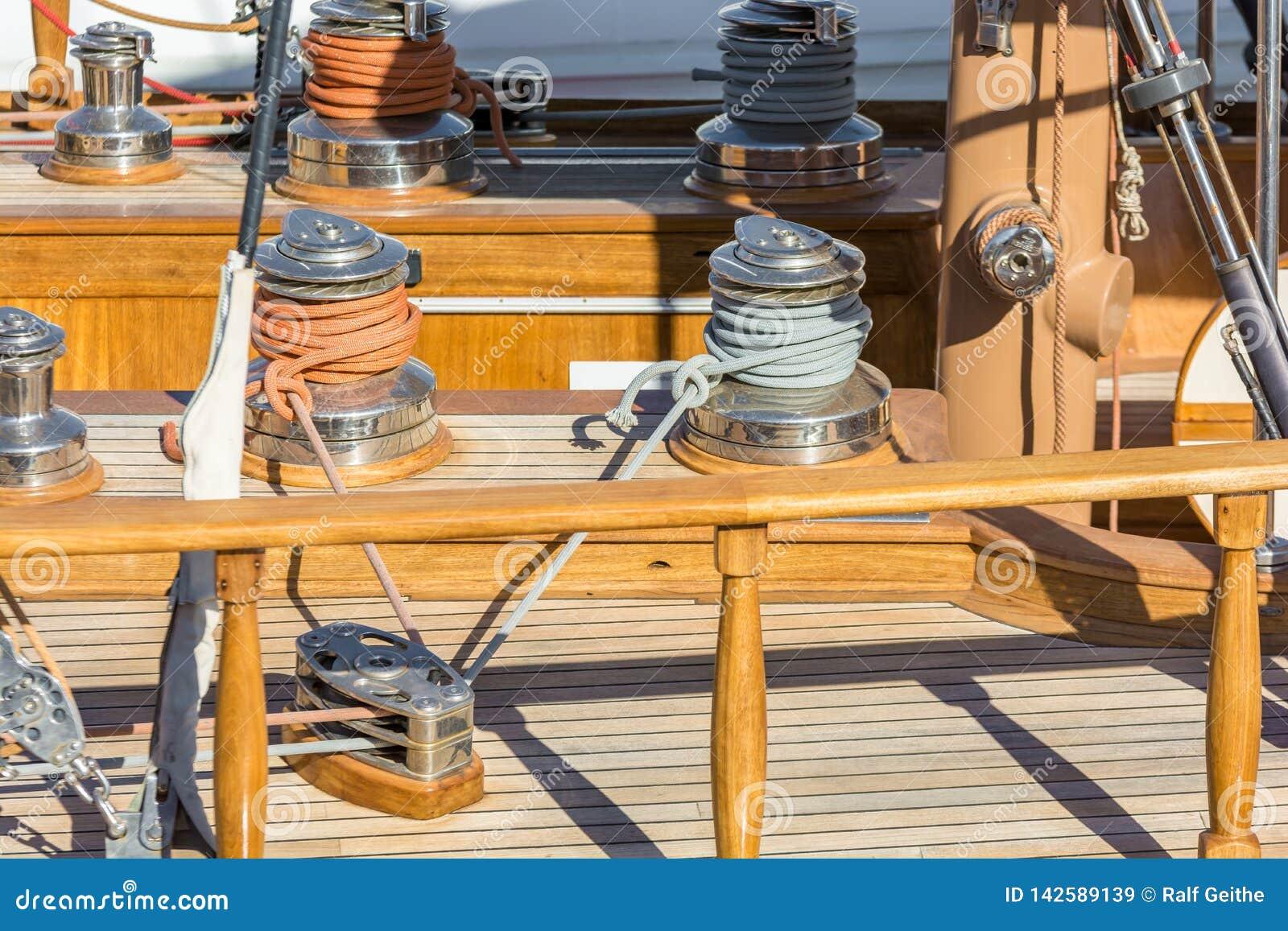 Luxuriöses Segelboot mit hölzerner Plattform und ausführlicher Darstellung des Seils und der Kurbeln