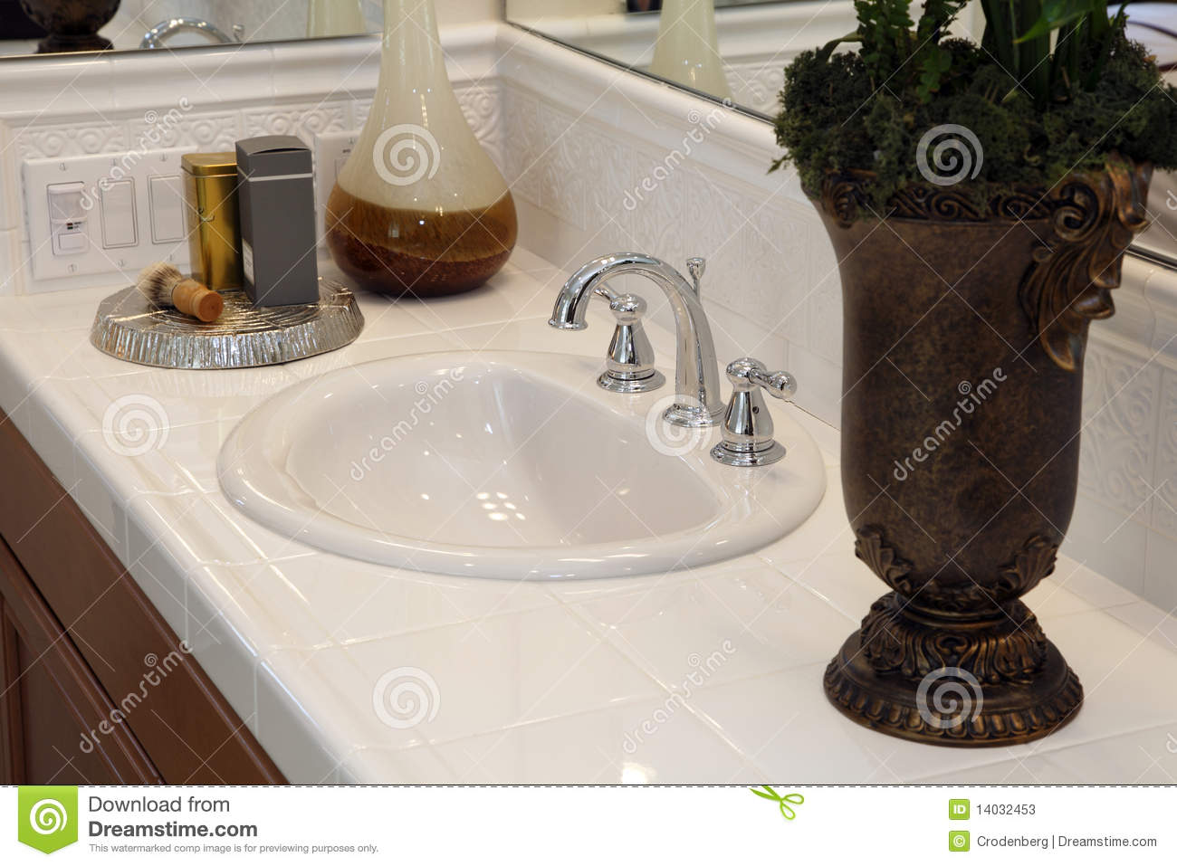 Luxury Bathroom Decor Stock Photos - Image: 14032453