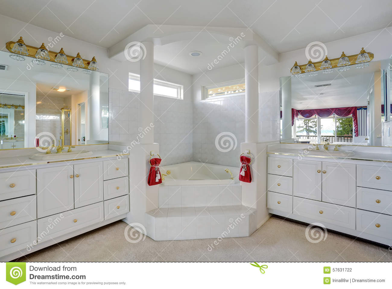 Jacuzzi Dans Salle De Bain ~ luxury bathroom with large jacuzzi style tub stock photo image of