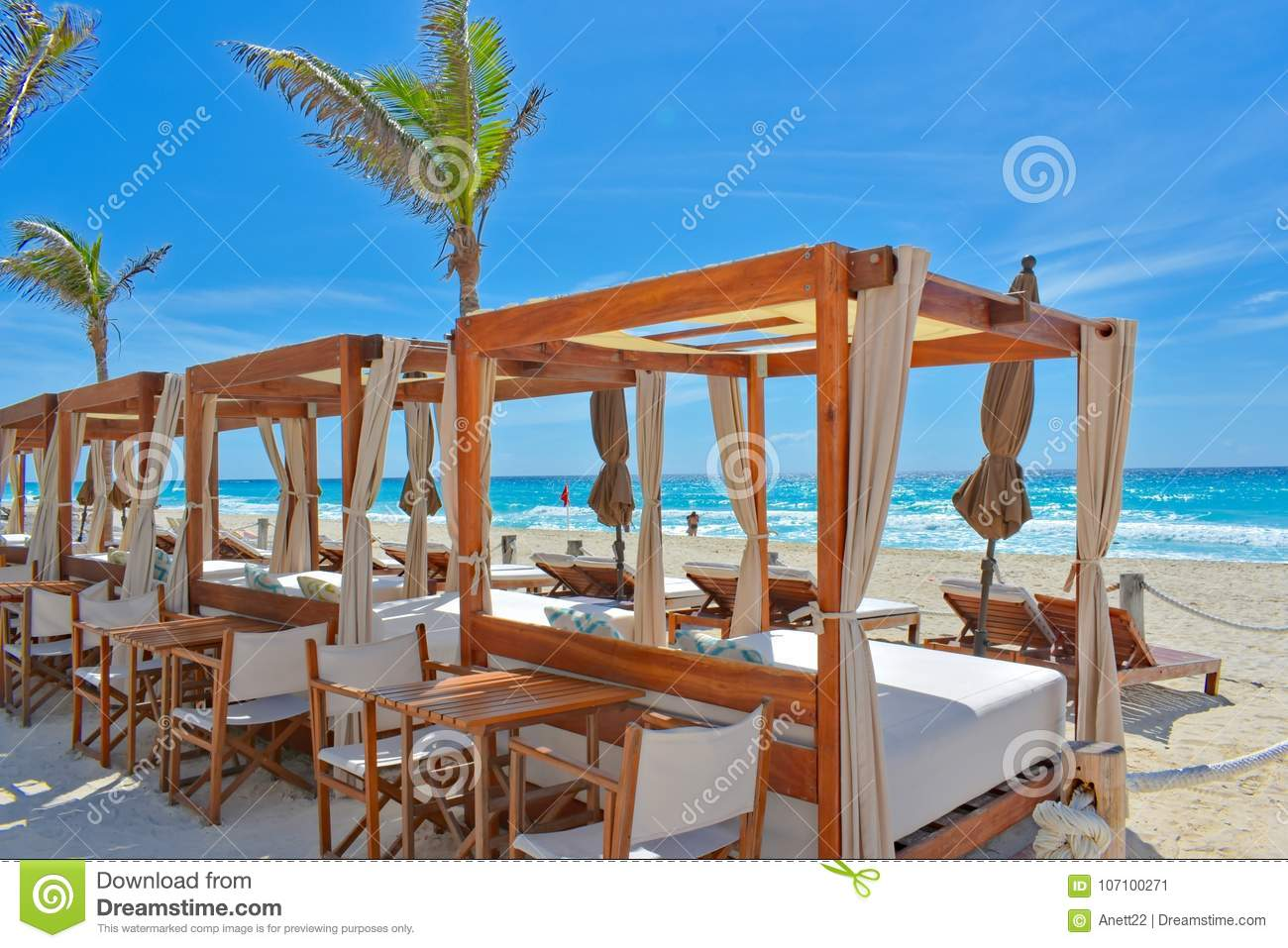 A luxury beach setting in Cancun, México.