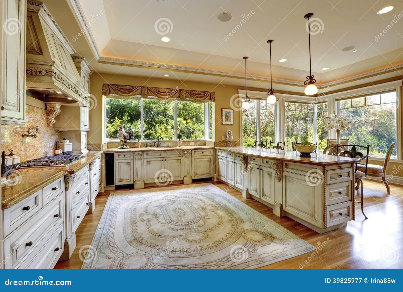 Luxury house interior antique kitchen cabinets stock for Interni di case antiche