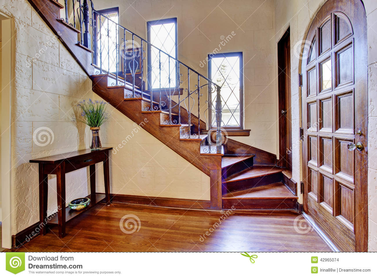 Luxury house interior entrance hallway with staircase for Escalier decoration maison